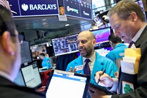 7日、大幅に下落したニューヨーク証券取引所のトレーダーら=ロイター