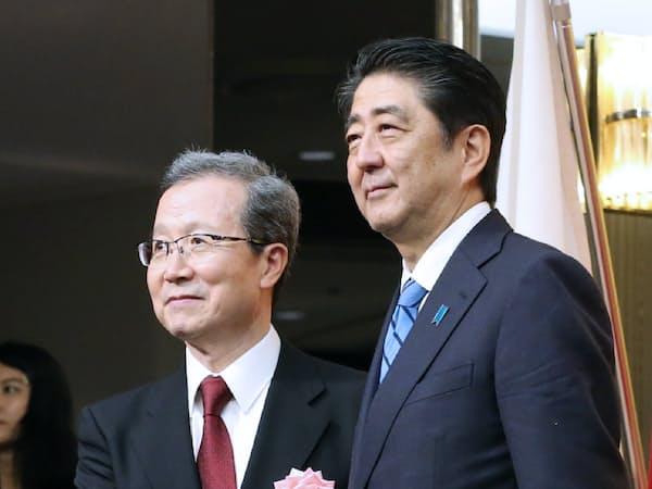 安倍首相と握手する程永華駐日中国大使(17年9月、東京都内)
