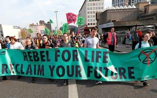 気候変動対策を訴える市民の声が高まっている=ロイター