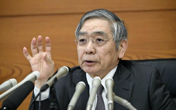 金融政策決定会合後、記者会見する日銀の黒田総裁(4月25日、日銀本店)