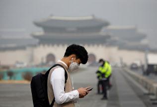 大気汚染がひどいソウル周辺では外出時のマスクが欠かせない=ロイター