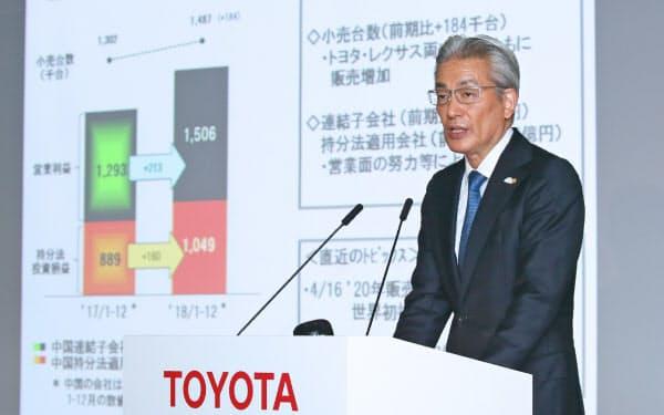決算発表するトヨタ自動車の白柳執行役員