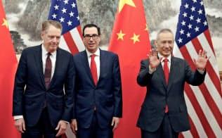 5月1日、北京で会談したライトハイザー米USTR代表(左)、ムニューシン財務長官、劉鶴副首相(右)の3氏=ロイター