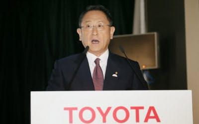 記者会見するトヨタ自動車の豊田章男社長