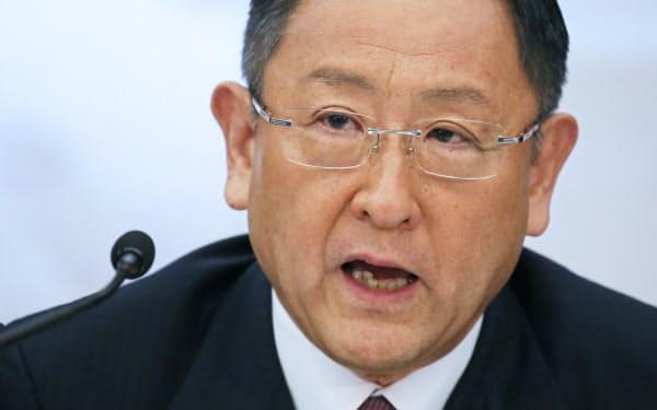 豊田社長は「生きるか死ぬかの戦い。トヨタが死ぬのは『社内に大丈夫』という意識がまん延した時だ」と強い危機感をあらわにしている(写真は5月の決算発表会見)