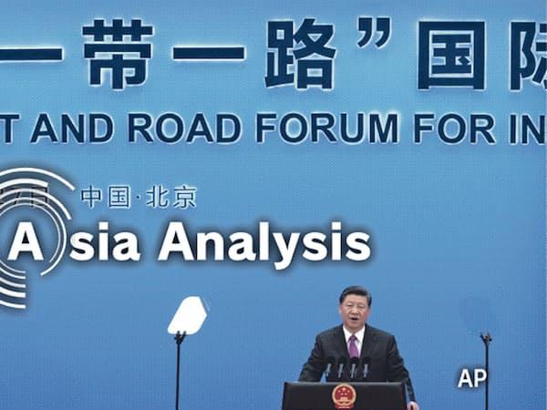 「覇権主義」との批判に、中国は一帯一路の透明性向上を約束した(4月27日、国際会議の閉幕式で会見する習近平国家主席)=AP