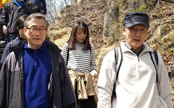 首相秘書室長の鄭雲鉉氏と登山する長嶺駐韓大使(右)(4月13日、ソウル)=鄭氏のフェイスブックから