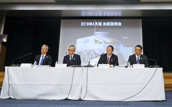 記者の質問を聞くトヨタ自動車の豊田章男社長(右から2人目)