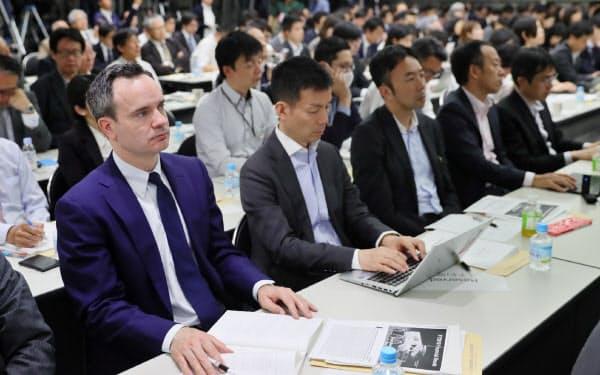 記者会見する豊田社長の話を聞く株主ら