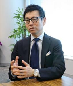 インタビューに答える日本ベンチャーキャピタル協会の仮屋薗聡一会長