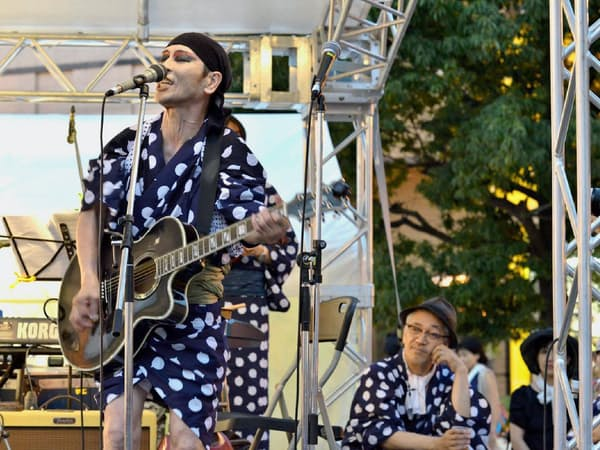 「フェスティバルFUKUSHIMA! 納涼!盆踊り」で歌う遠藤ミチロウさん(福島市、2013年8月15日、野々村文宏氏撮影)