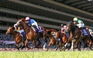 1番人気の馬の降着で波乱となったNHKマイルカップ=共同