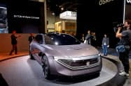 中国の新興電気自動車(EV)メーカーのバイトンは、2020年初めにも自社初のEVの出荷を始める(19年1月、米ラスベガスでの展示)=ロイター