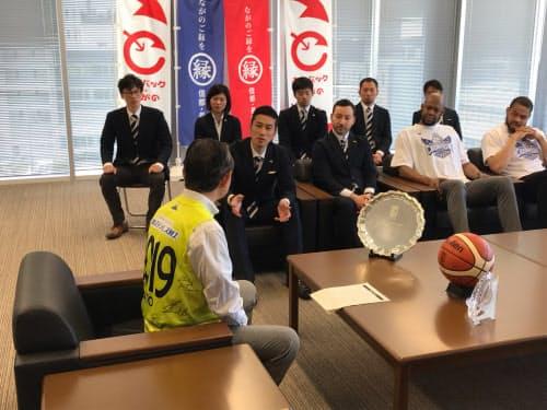 片貝社長や選手らは加藤市長(手前)に初優勝を報告した(8日、長野市役所)