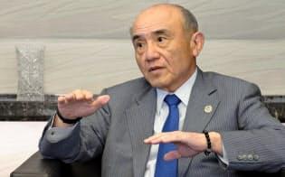 インタビューに答える三菱ケミカルHDの越智仁社長