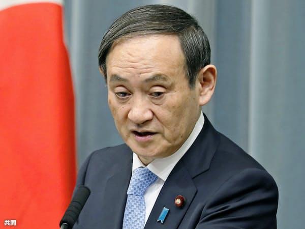 首相官邸で記者会見する菅官房長官=共同