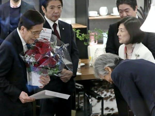 大塚勝久氏(左)にあいさつする大塚家具の大塚久美子社長