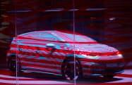 VWがカムフラージュして公開した「ID.3」(8日、ベルリン)