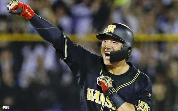 12回、代打で勝ち越しの2点二塁打を放ち、ガッツポーズする阪神・中谷(8日、神宮)=共同