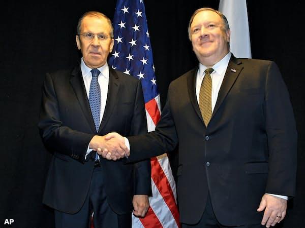 ロシアのラブロフ外相(左)とポンペオ米国務長官は異例のペースで再会談する(6日、フィンランド北部ロバニエミ)=AP