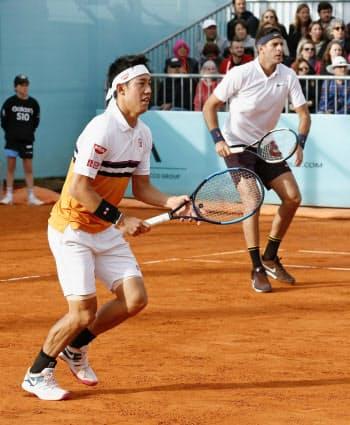 男子ダブルス2回戦 対戦する錦織(左)、デルポトロ組(8日、マドリード)=共同
