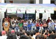 選挙集会でマイクを手に支持を訴える上院選候補者(6日、フィリピン・ラグナ州)