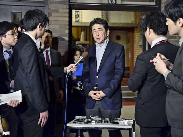 トランプ米大統領との電話協議後、記者団の取材に応じる安倍首相=6日夜、首相公邸