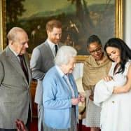 エリザベス英女王(中央)に、生まれた男児を見せるヘンリー王子(左から2番目)とメーガン妃(右)(8日、ロンドン郊外のウィンザー城)=Chris Allerton/SussexRoyal提供、AP