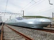 先頭車両の長い「鼻」がトンネル進入時に発生する騒音を抑える(9日午前、宮城県利府町)