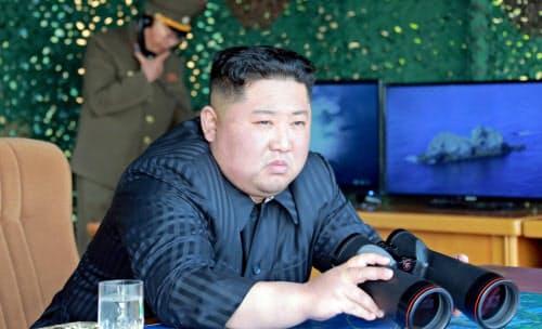 4日、火力打撃訓練を指導した北朝鮮の金正恩朝鮮労働党委員長=朝鮮中央通信
