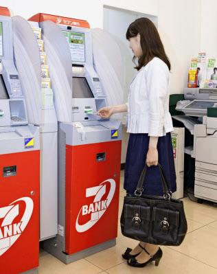 コンビニエンスストアなど流通向けの設置台数は全国で6万台を超えた(セブン銀行のコンビニATM)