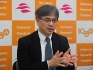 記者会見するATRの鈴木専務(9日、京都府精華町)