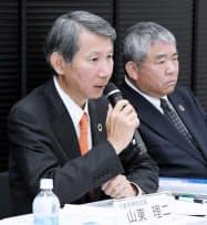 決算発表する千代田化工建設の山東理二社長(左)ら(9日、東京都中央区)
