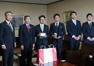 バレットグループは高井副知事(左から2人目)に支店開設を報告した(9日、新潟県庁)