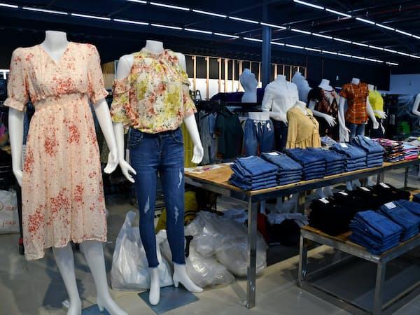 新たに開業するイオンオレンジの大型店では衣料品や家電の取り扱いを充実させる(9日、ヤンゴン近郊)