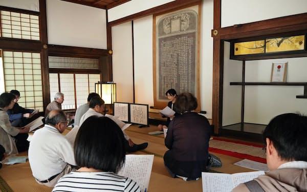 受講者は「弘道館記」の素読などを体験した(9日、水戸市)