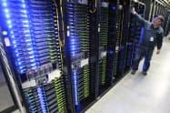 台湾の台達電子工業はIT大手のサーバー向けの電源装置などを担う(米フェイスブックのオレゴン州のデータセンター)=AP