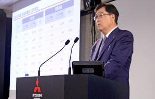 決算発表する三菱自動車の益子修会長兼最高経営責任者(CEO)(9日、東京都港区)