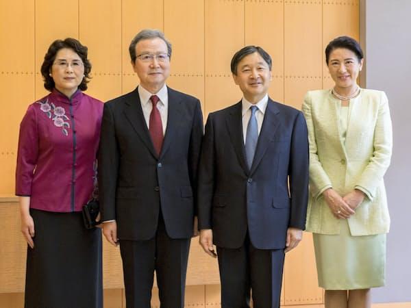 離任する中国大使夫妻と会見する天皇、皇后両陛下(5月9日午前11時ごろ、東京・元赤坂の赤坂御所「檜の間」)=宮内庁提供