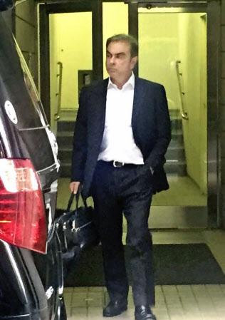 弁護士事務所が入った建物を出るカルロス・ゴーン被告(9日午後、東京都千代田区)=共同