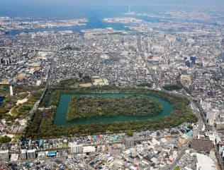 大山古墳(仁徳天皇陵古墳)=堺市。奧は大阪湾