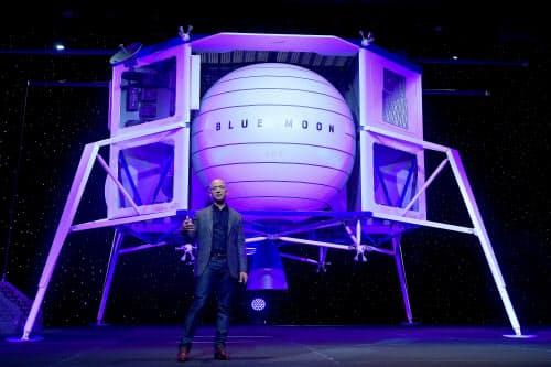 月面着陸機「ブルームーン」を披露したジェフ・ベゾス氏(9日、ワシントン州)=ロイター