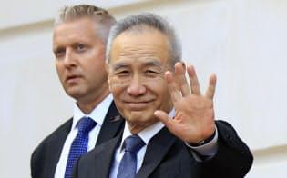 中国の劉鶴副首相は貿易問題を巡る閣僚会議に出席した(9日、ワシントン)=AP