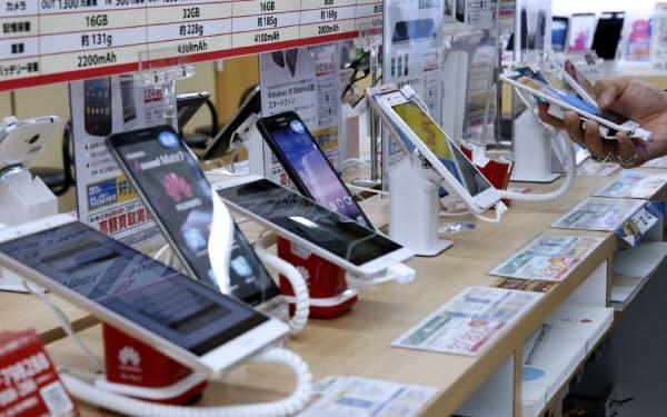 携帯料金の総務省ルール案で引き下げがどこまで進むかが焦点になる(東京都内の家電量販店)