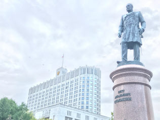 モスクワの連邦政府庁舎前に立つストルイピン像