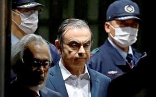 4月25日に東京拘置所から保釈されるカルロス・ゴーン被告=ロイター