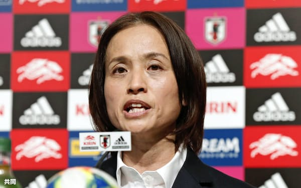 サッカー女子W杯フランス大会の日本代表を発表する高倉監督(10日、東京都文京区)=共同