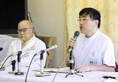 記者会見する慈恵病院の蓮田健副院長(右)と蓮田太二理事長(10日、熊本市)=共同