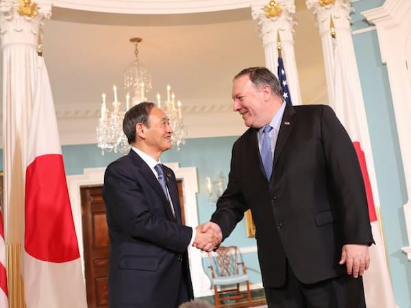 会談に臨む菅義偉官房長官(左)とポンペオ米国務長官(9日、ワシントン)=在米国日本大使館撮影