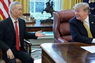 トランプ米大統領(右)は予告通り、中国に追加関税を発動した=ロイター
